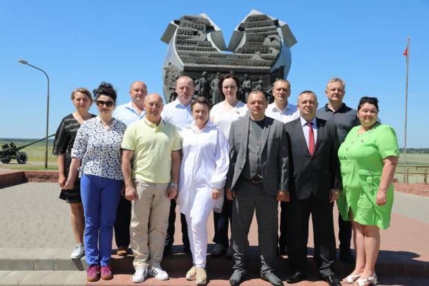 В рамках выездного заседания члены Постоянной комиссии Палаты представителей по здравоохранению, физической культуре, семейной и молодежной политике посетили мемориальный комплекс в честь освободительной операции «Багратион».